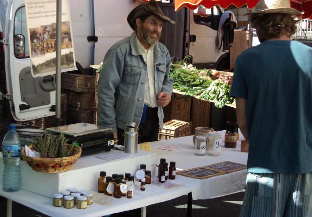 Met eigen producten trekken de leden van de gemeenschap naar de plaatselijke markt. Het contact met de omgeving is goed. © Staf Peeters