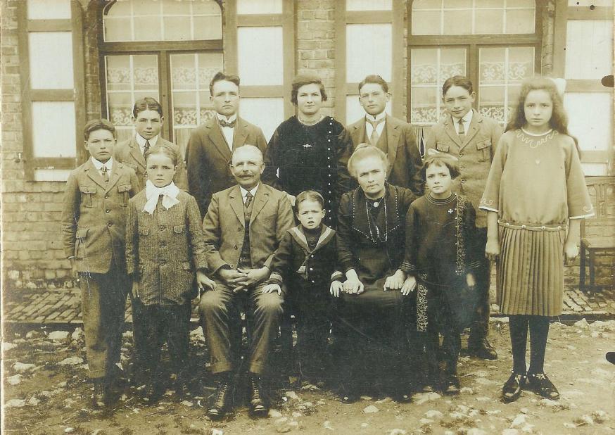 Het gezin van August en Romanie Moeyaert. Cyriel is de jongste van elf kinderen en zit hier tussen zijn vader en moeder.