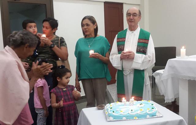 Bernard werd vorig jaar 75, wat hij vierde met zijn parochianen. © rr