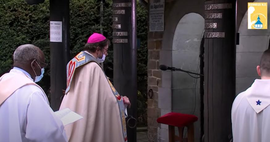 De Luikse bisschop Jean-Pierre Delville tijdens het rozenkransgebed in Banneux © Banneux