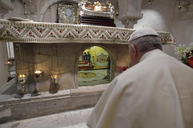 Paus Franciscus in gebed verzoekn voor het graf van Sint-Nicolaas © Vatican News