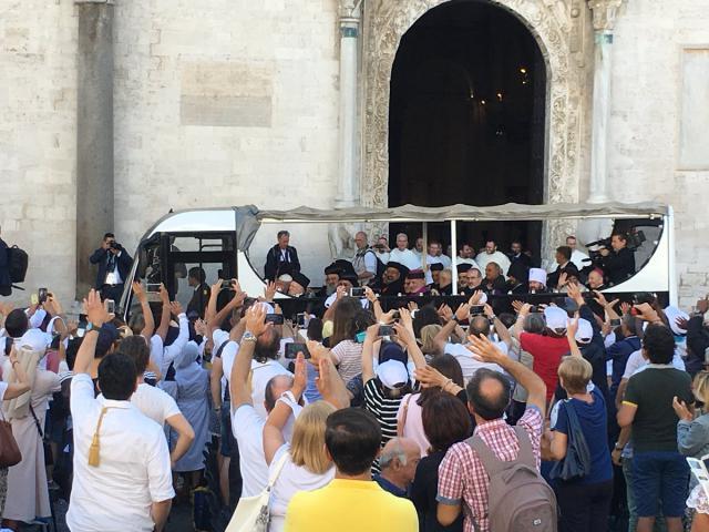 De 'oecumenische pausmobiel': een open bus waarmee paus Franciscus en de oosterse patriarchen naar de haven van Bari reden © VaticanMedia
