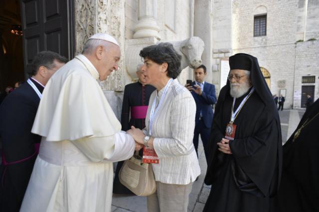 Secretaris-generaal Souraya Bechealany van de Raad van Kerken van het Midden-Oosten was de enige vrouw tussen de patriarchen © VaticanNews