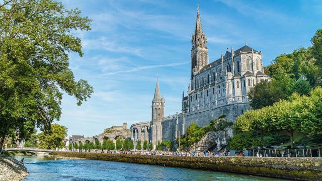 Basilque de Notre Dame, de Basiliek gewijd aan Maria, vlak naast de grot waar Maria aan Bernadette verscheen.