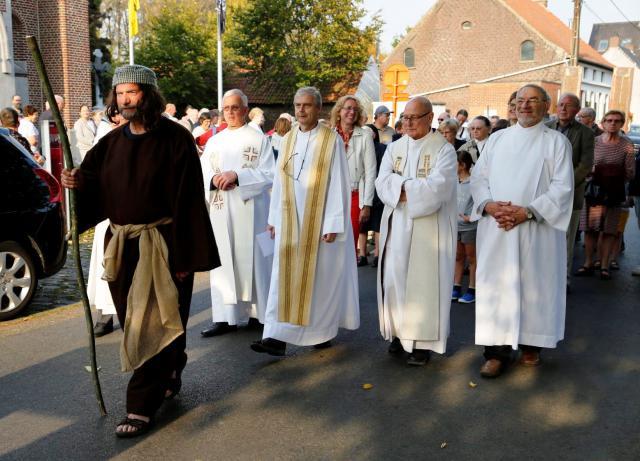 Bavo stapt zelf mee in de processie © Luc Van der Sypt