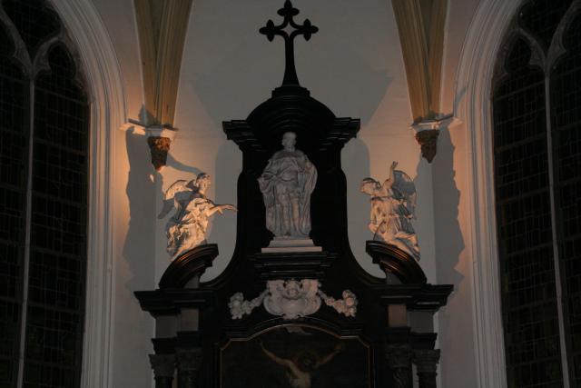 Bemerk de engelen boven het hoofdaltaar
