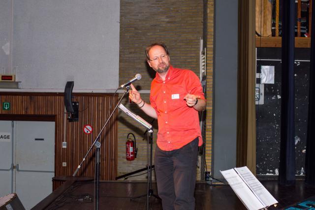 Werner Van Acker leert de vormelingen liedjes aan. © IJD Gent, foto: Karel Van de Voorde