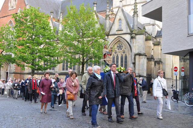 De deelnemers aan de meibedevaart droegen het Virga Jessebeeld van de kathedraal terug naar de Virga Jessebasiliek. © Hans Medart