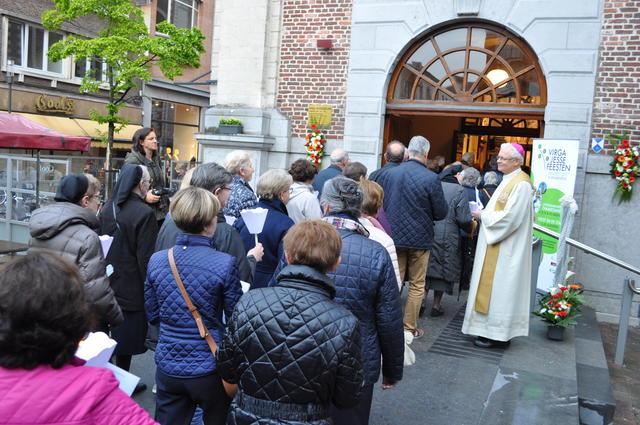 Monseigneur Hoogmartens stond de honderden bedevaarders op te wachten aan de basiliek. © Hans Medart