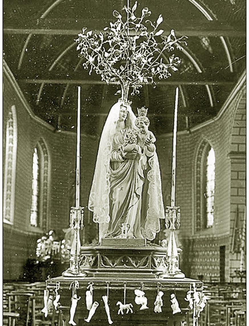 Het beeld van O.L. V. van Kerselare in haar volle glorie centraal in de Kapel