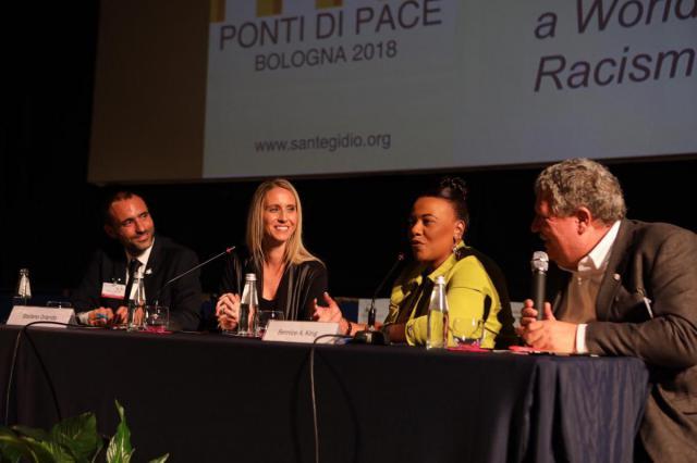 Bernice A. King aan het woord op het jeugdforum van Bridges for Peace in Bologna © Sant'Egidio