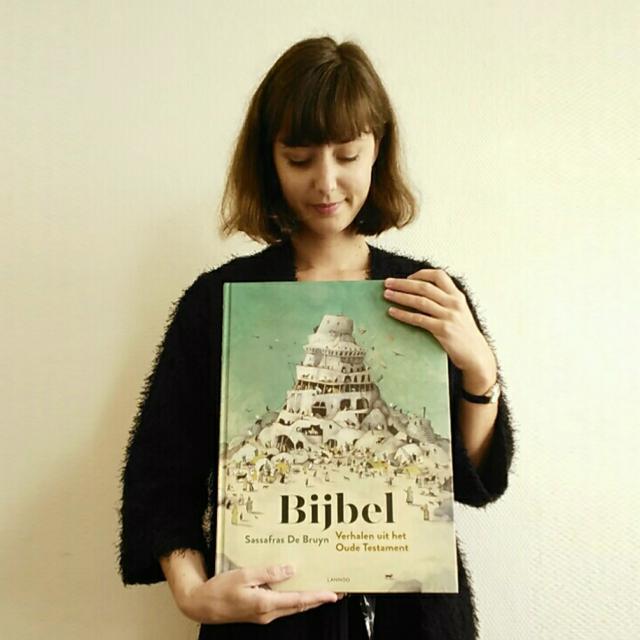 Sassafras De Bruyn met haar nieuwe boek. © SDB