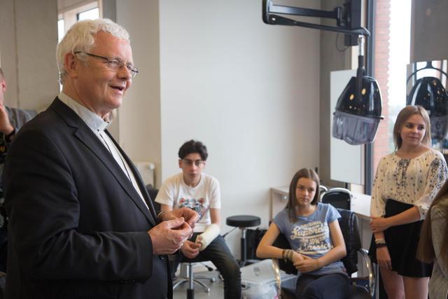 Mgr. Patrick Hoogmartens op bezoek in de school HAST in Hasselt. © Mine Dalemans