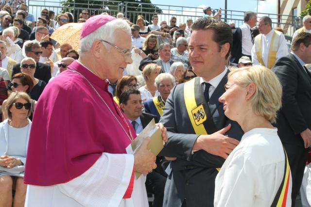 Bisschop Patrick Hoogmartens groet burgemeester Nadja Vananroye. © Jos Dessers