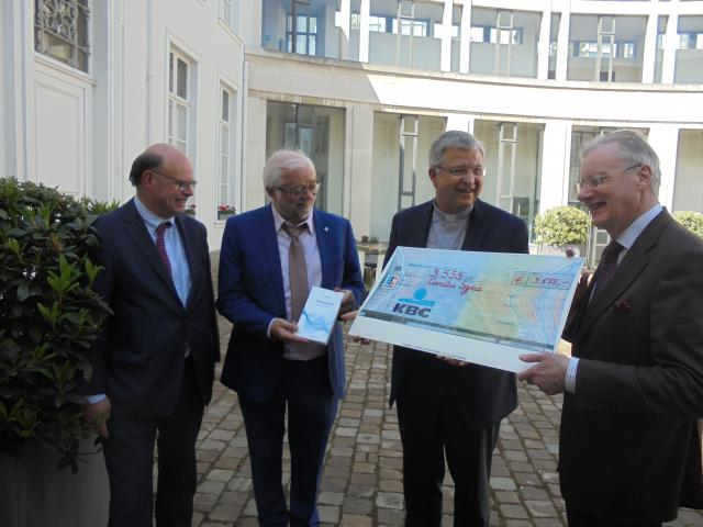 Overhandiging van de cheque in het bisschopshuis © Caritas International