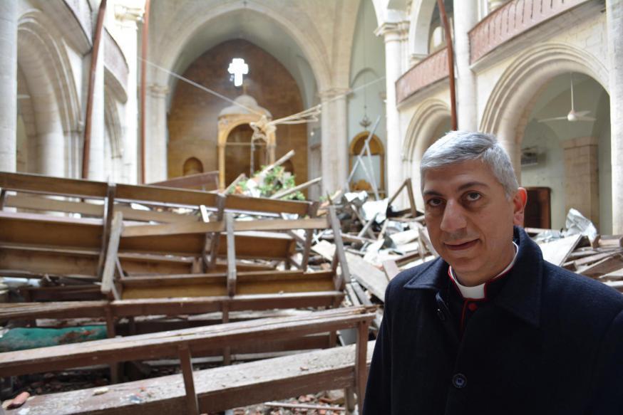 De maronitische aartsbisschop Joseph Tobji van Aleppo in de destijds door bommen vernielde maronitische kathedraal van Aleppo  © Kerk in Nood