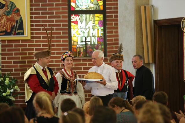 Mgr De Kesel ontvangt het welkomstbrood van de gastparochie