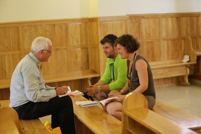 Mgr. Hoogmartens in gesprek met Tim en Sandra © IJD - Foto: Koen Van den Bossche