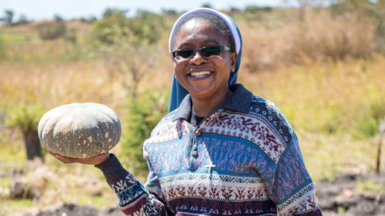 Zusters helpen in Zambia gewassen verbouwen die beter tegen de droogte zijn bestand © Ben White/CAFOD