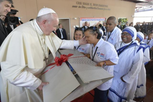 Paus Franciscus met gasten van het Casa Hogar del Buen Samaritano  © Vatican Media