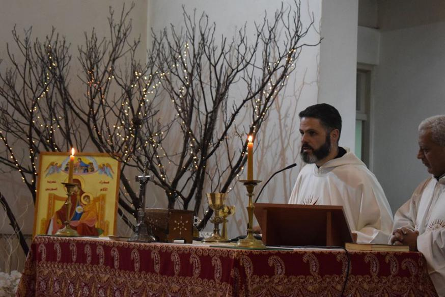 De maronitische priester-monnik Charbel Eid met het icoon 'Onze-Lieve-Vrouw van Smarten - Troosteres van het Syrische volk' bij de jezuïeten in het Syrische Homs  © Kerk in Nood