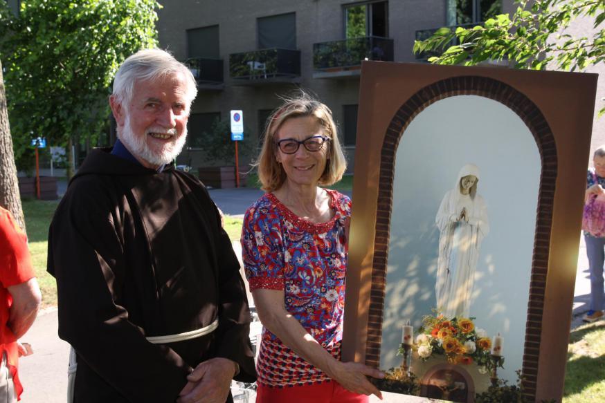 Christiane Vandecasteele en kapucijn Gust Koyen met een foto van het Mariabeeld van de Dankkapel.