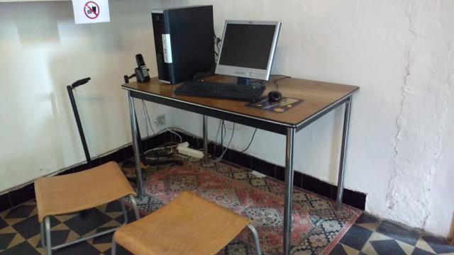 Telefoon en een computer met internet staan ter beschikking.