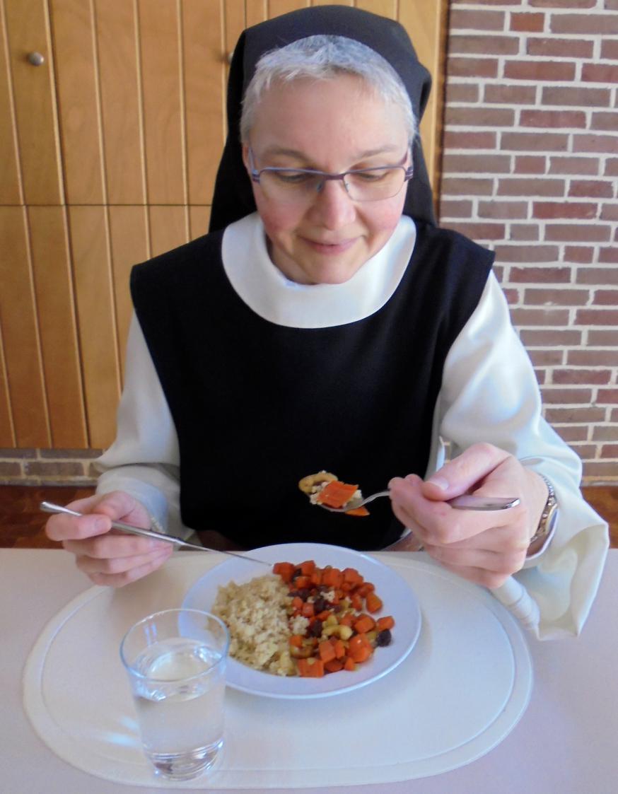 Zuster Tamar, trappistin van Klaarland, proeft van het vegetarische gerecht dat ze net klaarmaakte.