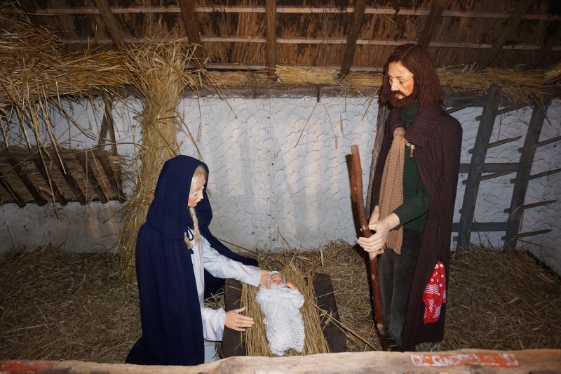 Kerststal buiten op het dorpsplein  © parochie Onze-Lieve-Vrouw Lichtaart
