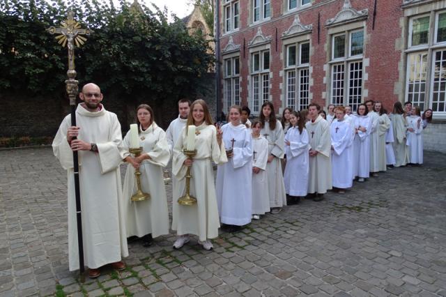 De misdienaars maken zich klaar om in stoet naar de kathedraal te stappen © Severine Verhulst