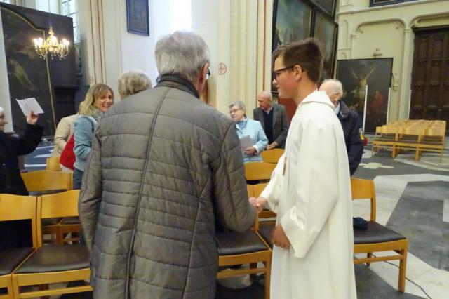 De misdienaars wensen tijdens het vredesmoment in de viering de vrede van Christus aan de gelovigen toe © Severine Verhulst