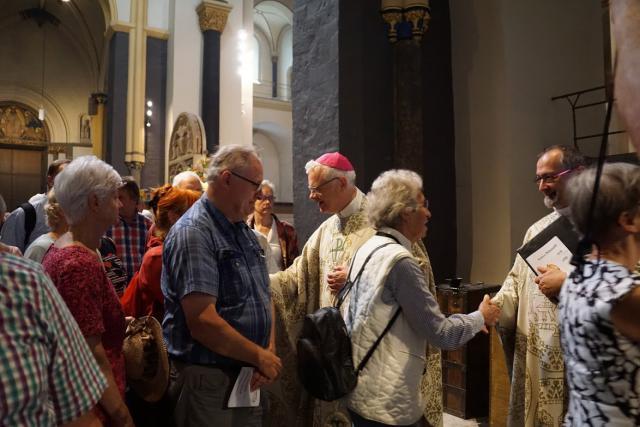Ontmoeting na de eucharistieviering. © Ria Thaens