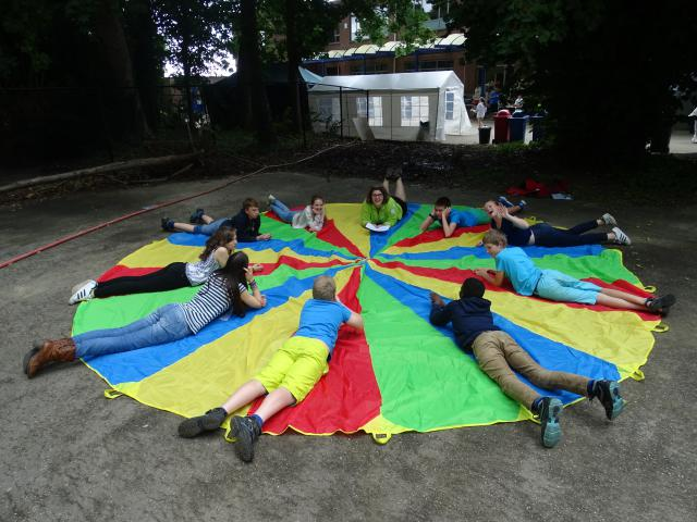 Katrien test samen met haar groep de parachute.