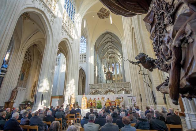 Zonovergoten en goedgevulde Sint Pieterskerk