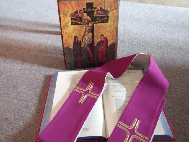Het sacrament van de verzoening vindt tegenwoordig vaak plaats aan een tafel bij een icoon, een Bijbel en een kaars. De priester doet de paarse stola om. © Emmanuel Vidts