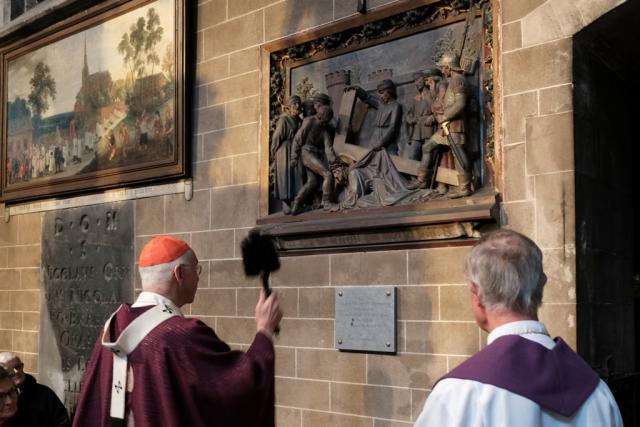 Alsemberg 775 jaar. Kardinaal De Kesel zegent de herdenkingssteen © Hugo Casaer