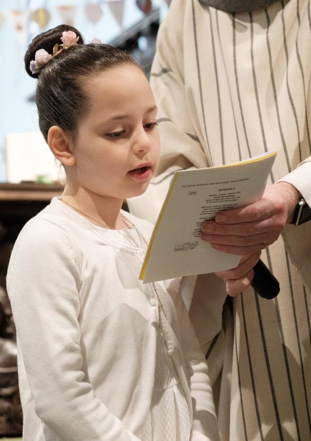 Het is toch wel een beetje spannend: lezen voor een kerk vol met mensen © Dirk Van Bouwel