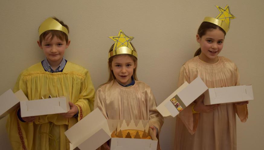 Kinderen verkleed als drie koningen (met driekoningentaarten) © Michiel Van Mulders