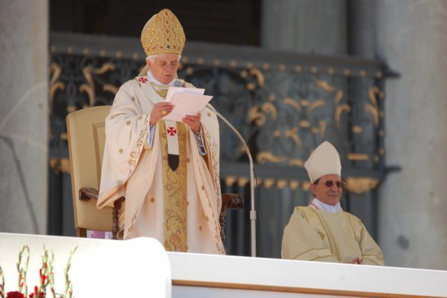 Paus Benedictus begroet de gelovigen, onder wie 3.000 Belgen, op het Sint-Pietersplein © Philippe Keulemans