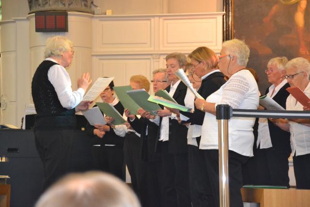 De viering wordt opgeluisterd door Seniorenklanken © Karen Devroe