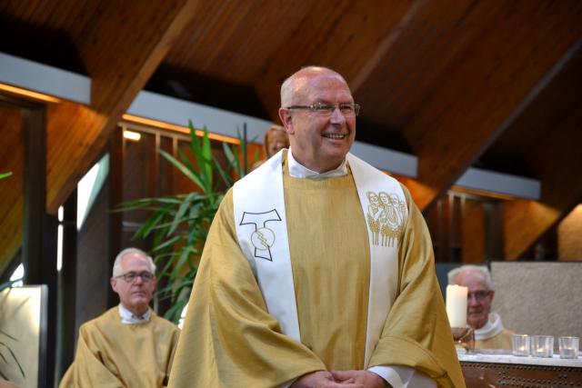 Een gepersonaliseerde stola als afscheidsgeschenk van de parochianen voor priester Luc Callewaert © Hans van Hove