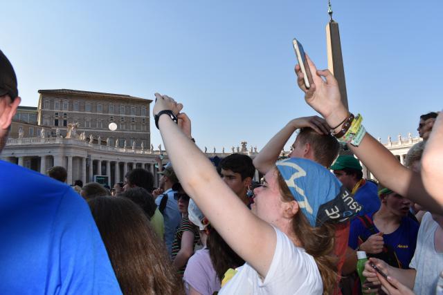 Met de smartphone een glimp trachten op de vangen van de paus