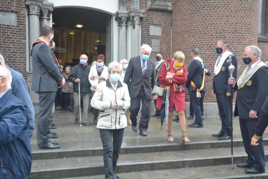 De leden van de Orde van de Ezel vormen een erehaag voor de meevierders bij het verlaten van de kerk © Karen Devroe