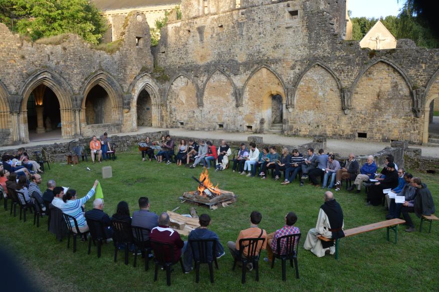 zaterdagavond rond het vuur in de ruïnes © orval