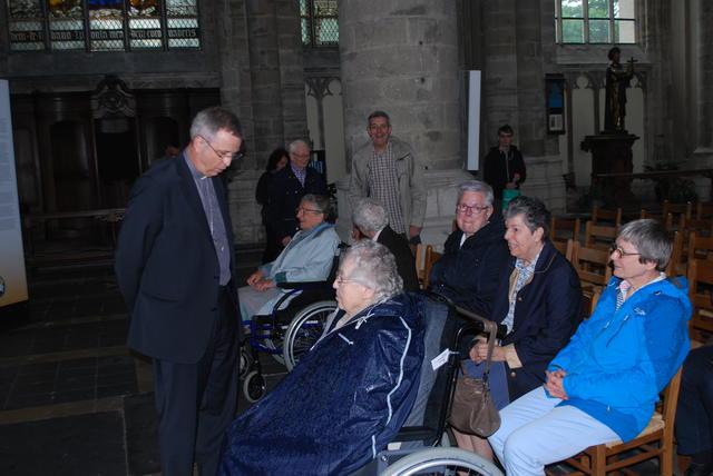 Bisschop Johan Bonny begroet enkele zusters.