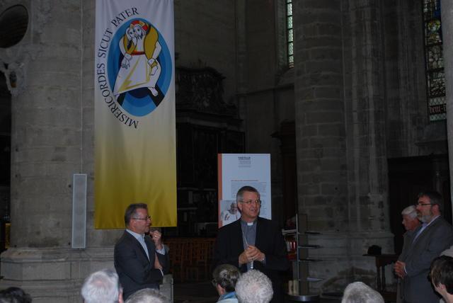 Bisschop Johan Bonny dankt de vrijwilligers voor hun inzet.