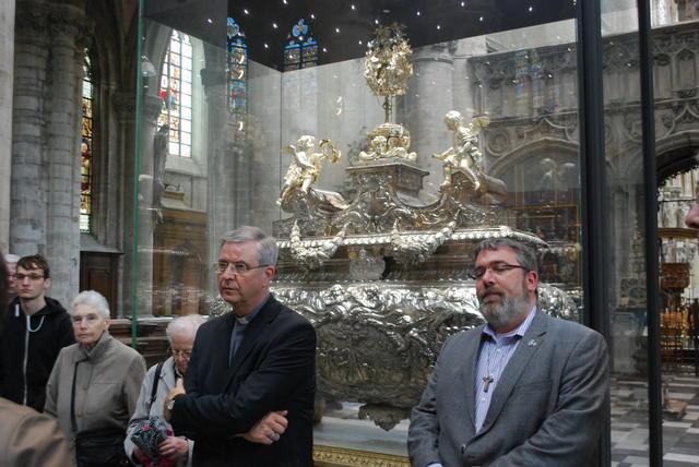 Bisschop Johan Bonny en vicaris Wim Selderslaghs voor Sint-Gummaruskas