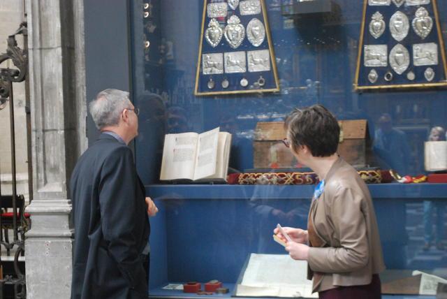 Bisschop Johan Bonny bestudeert het Mirakelboek van Sint-Gummarus