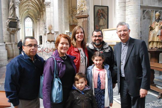 Bisschop Johan Bonny met enkele bezoekers uit Costa Rica