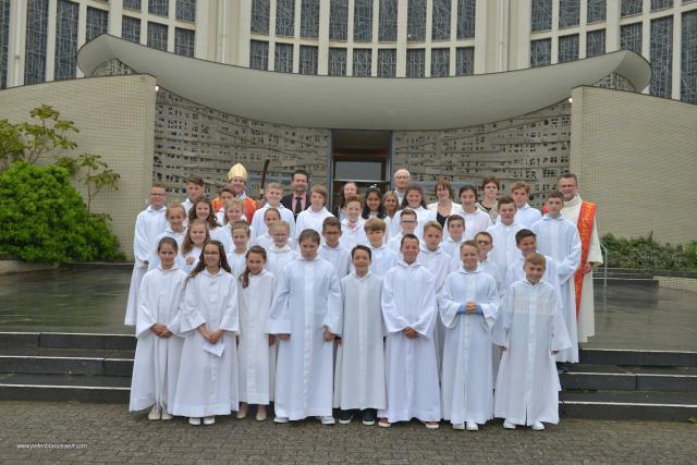 Acolieten en priester komen de kerk binnen © Jan De Broeck